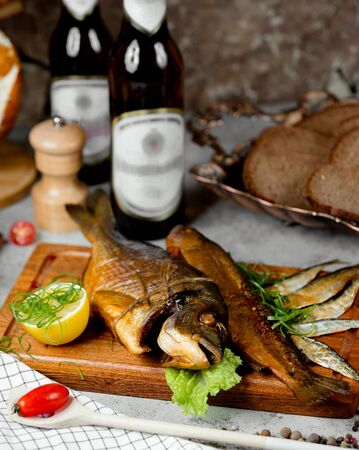smoked fish and bottles of beer 版權商用圖片 - 144710663