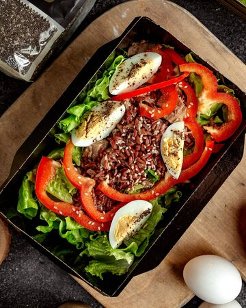tuna salad with sliced eggs 版權商用圖片 - 144710721