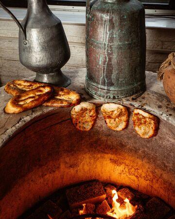 tendir bread in baked in special pit 版權商用圖片 - 144710763