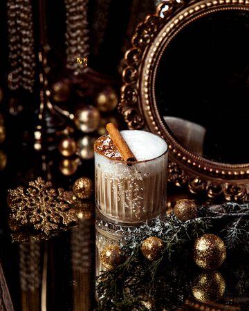 a coffee with whipped cream and cinnamon 版權商用圖片 - 144710807