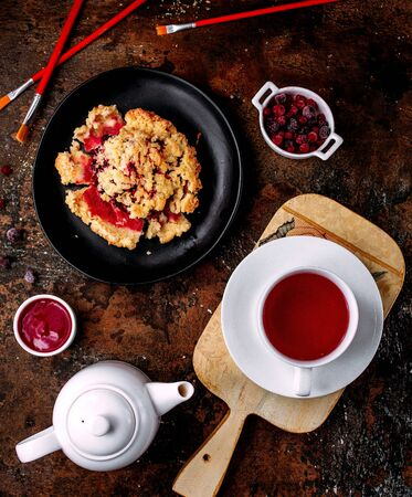a cup of black tea and berry pie 版權商用圖片 - 144710839