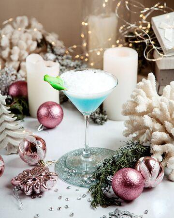 a glass of blue cocktail 版權商用圖片