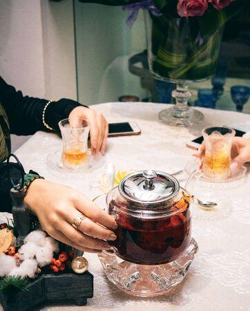 a glass pot with black tea 版權商用圖片 - 144710862