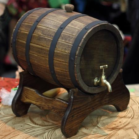Bruine houten een flank met de kraan legt op een drager