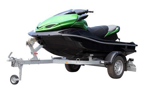bateau: Hydrocycle vert sur la remorque d'automobile, isolé sur un fond blanc