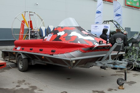 aéroglisseur: PERM, RUSSIA-APRIL 14, 2017: Red Hovercraft on the trailer for transportation. Russia. Perm.