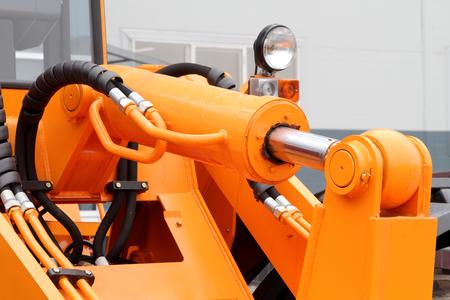 Hydraulikschläuche und Kolben eines modernen Traktors. Standard-Bild - 78526075
