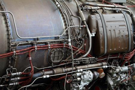 파이프 라인 및 현대 항공기 엔진의 몸에 전기 케이블. 스톡 콘텐츠 - 81606271