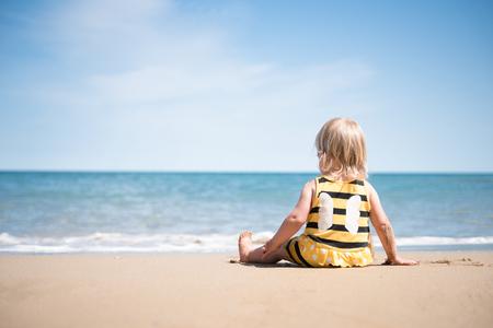 Petite fille de détente sur une plage