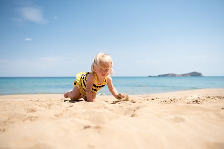 Mignon petite fille jouant sur la plage Banque d'images