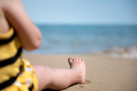 Portrait de petits pieds de bébé sur un sable