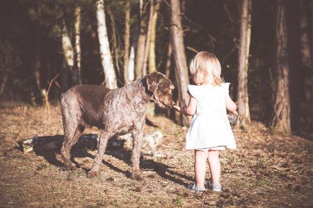 Petit partage de l'eau avec son chien ami fille. Positive emotions.Best amis concept.
