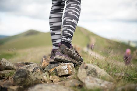 Close-up de jambes de la femme randonneur marchant sur le sentier de montagne .Focus sur les chaussures de randonnée. Banque d'images