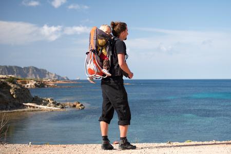 Père et fille randonnée avec porte-sac à dos dans le beau Voyage scenery.Family