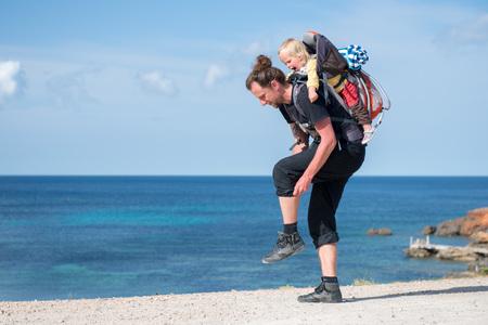 Père et fille randonnée avec porte-sac à dos dans le beau paysage Banque d'images