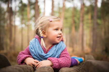 Portrait de fille jouant dans le bois