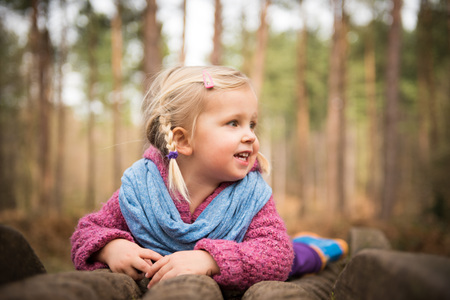 Portrait of girl playing in the wood Banque d'images