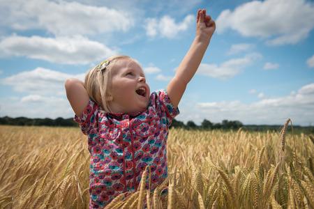 Petite fille heureuse avec les bras relevés