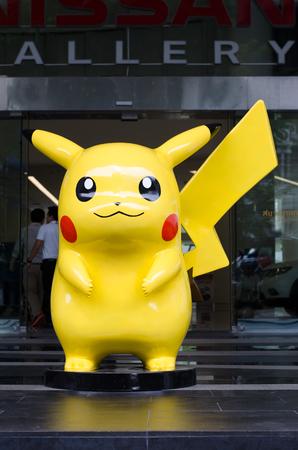 BANGKOK, TAILANDIA, 29 de septiembre de 2016: Mascota gigante de Pikachu (escala en tamaño humano), de pie frente a Nisson Showroom en Bangkok. Pikachu es un personaje famoso de Pokémon, una exitosa animación japonesa.