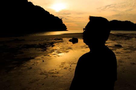 alabando a dios: Silueta del hombre en la playa en Tailandia