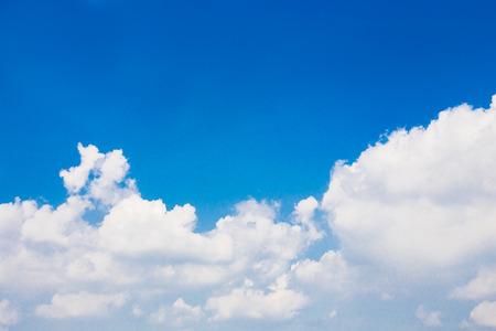 cielo despejado: Nube en el cielo claro Foto de archivo