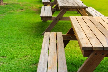 silla de madera: Mesa con silla en el parque público Foto de archivo