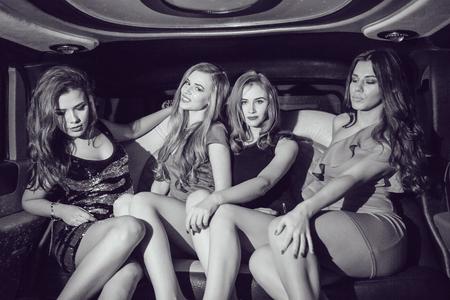 muchachas atractivas. Partido en el coche. En blanco y negro