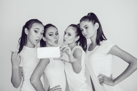 modelos posando: Las hermosas chicas haciendo cuatro teléfono autofoto Foto de archivo