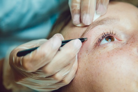 pinzas: The workflow in a beauty salon girl plucked eyebrows. Tweezers.