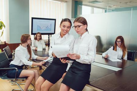 Femmes d'affaires asiatiques et européennes présentes sur le parcours de l'équipe et documents d'étude