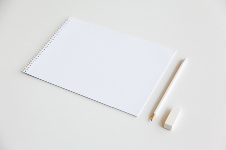 hoja en blanco: Blank sheet and pencil on white background. Template for design presentations. Branding Mock-Up
