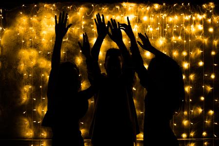 Junge Leute tanzen. Nachtleben und Disco-Konzept. Party. Standard-Bild