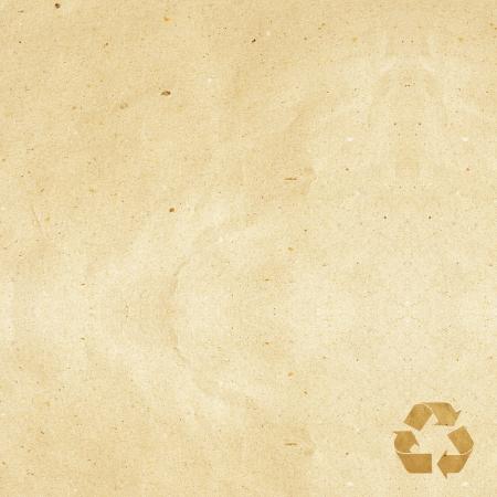 papeles oficina: etiquetas de papel reciclado artesanal palo sobre fondo blanco