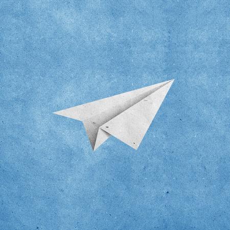 craft paper: aviones de papel sobre fondo de grunge azul cielo papel reciclado