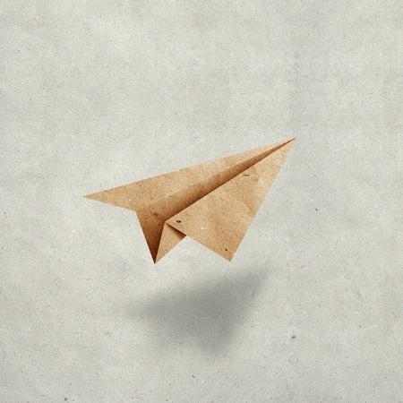 papel reciclado: avi�n de papel sobre fondo de papel grunge reciclado Foto de archivo