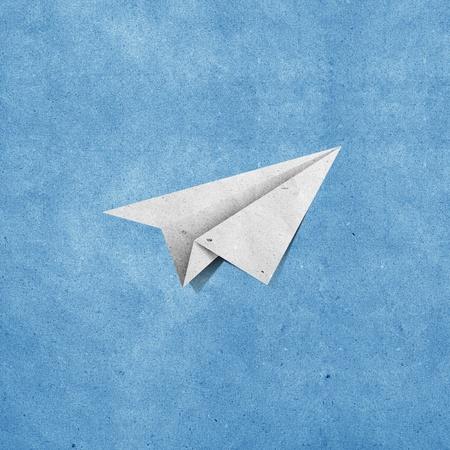 papel reciclado: aviones de papel reciclado en el grunge documento de antecedentes cielo azul Foto de archivo