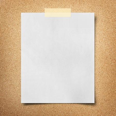 papel de nota sobre fondo de tablero de corcho Foto de archivo