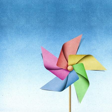 windmills: Molino de reciclado papercraft sobre fondo de papel