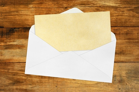 vintage envelope: Vintage envolvente con papel marr�n en blanco sobre madera