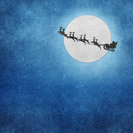 papa noel en trineo: Santa Claus en trineo con los ciervos y Luna reciclado papercraft Foto de archivo