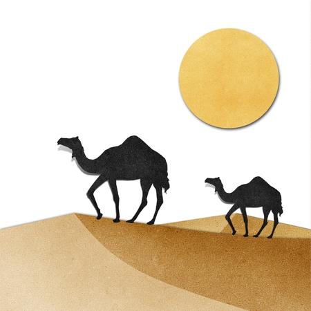 Camel et de la pyramide sur le désert recyclé papercraft