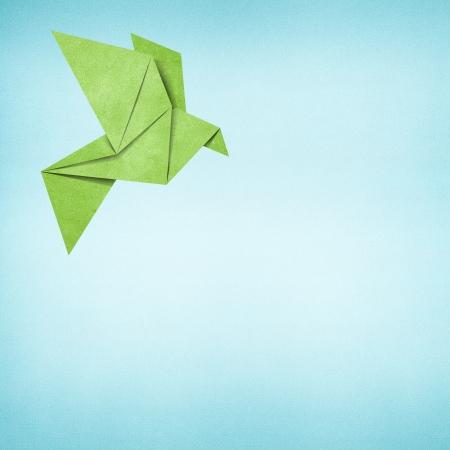 uccello origami: Origami uccello sfondo di carta riciclata