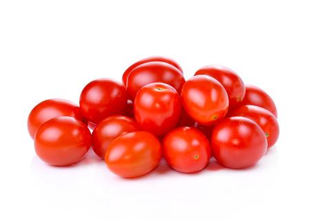 tomates: Pile de tomates raisins rouges isol� sur fond blanc