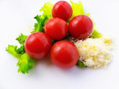 queso rallado: tomate cherry en la lechuga y el queso rallado