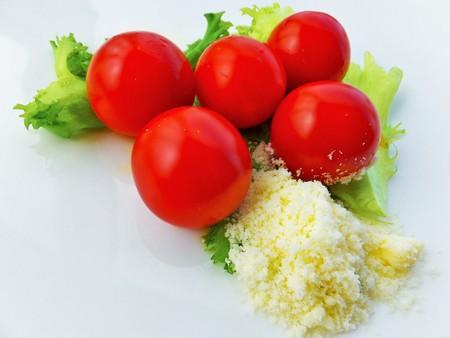 grated cheese: tomate cherry en la lechuga y el queso rallado