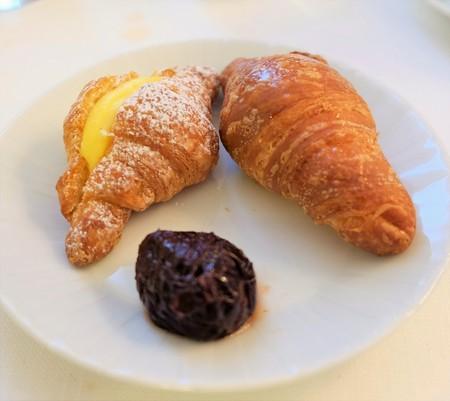 ciruela pasa: Ciruela buffet de desayuno con pan dulce