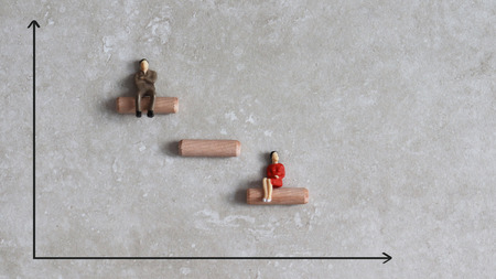 Gender discrimination concept. Miniature people and graph. Stockfoto