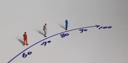 Miniaturowi ludzie i koncepcja starzejącego się społeczeństwa. Zdjęcie Seryjne