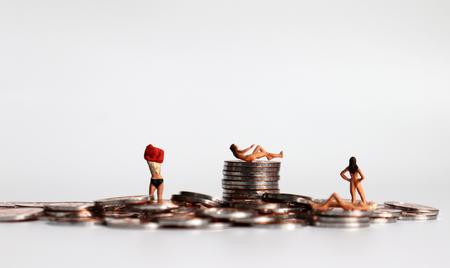 Hör auf, Frauen zu verkaufen. Münzen und Miniaturfrauen. Das Konzept der Menschenrechtsverletzungen von Frauen. Standard-Bild