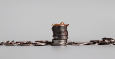Nicht zum Verkauf Konzept. Hör auf, Frauen zu verkaufen. Münzen und Miniaturfrauen.